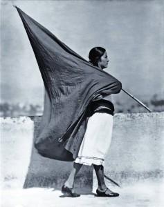 tina_modotti_1928_mujer_con_bandera